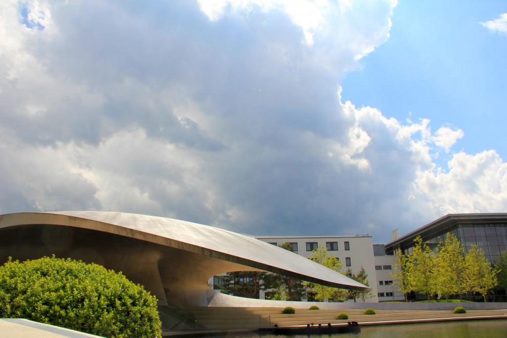 Drama Baby. Porsche Pavillon in der Autostadt mit Spezial-Effektwolken.