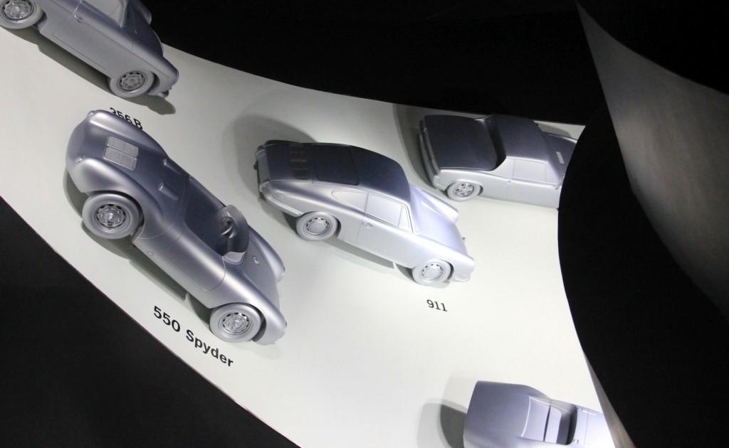 Alle Ikonen der Porsche-Geschichte auf dem Weg in Porsche-Pavillon-Keller im Maßstab 1:8 (oder jedenfalls ziemlich groß)