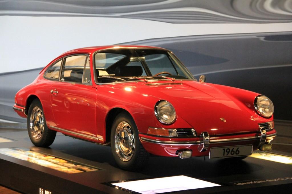 Porsche 911 Coupé von 1966 im Zeithaus der Autostadt Wolfsburg. Schön rot, aber nicht perfekt. Ts.