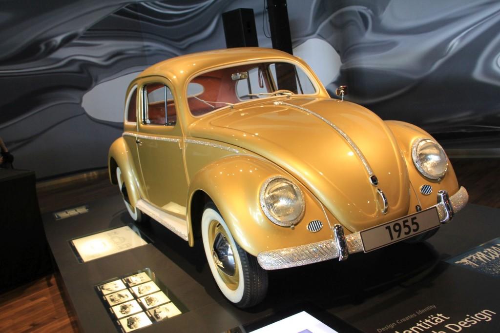Der Käfer - hier einer von 1955 erträgt seit den Dreißigern jede Demütigung. Auch goldene Lackierungen und das Bekleben mit Swarowski-Steinen.