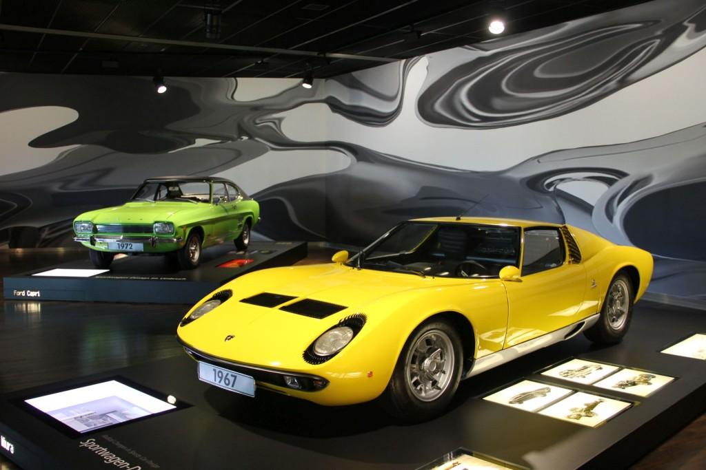 Brot und Butter (Ford Capri von 1972) neben Supersportwagen (Lamborghini Miura von 1967). Erfrischende Kombination in erfrischenden Farben.