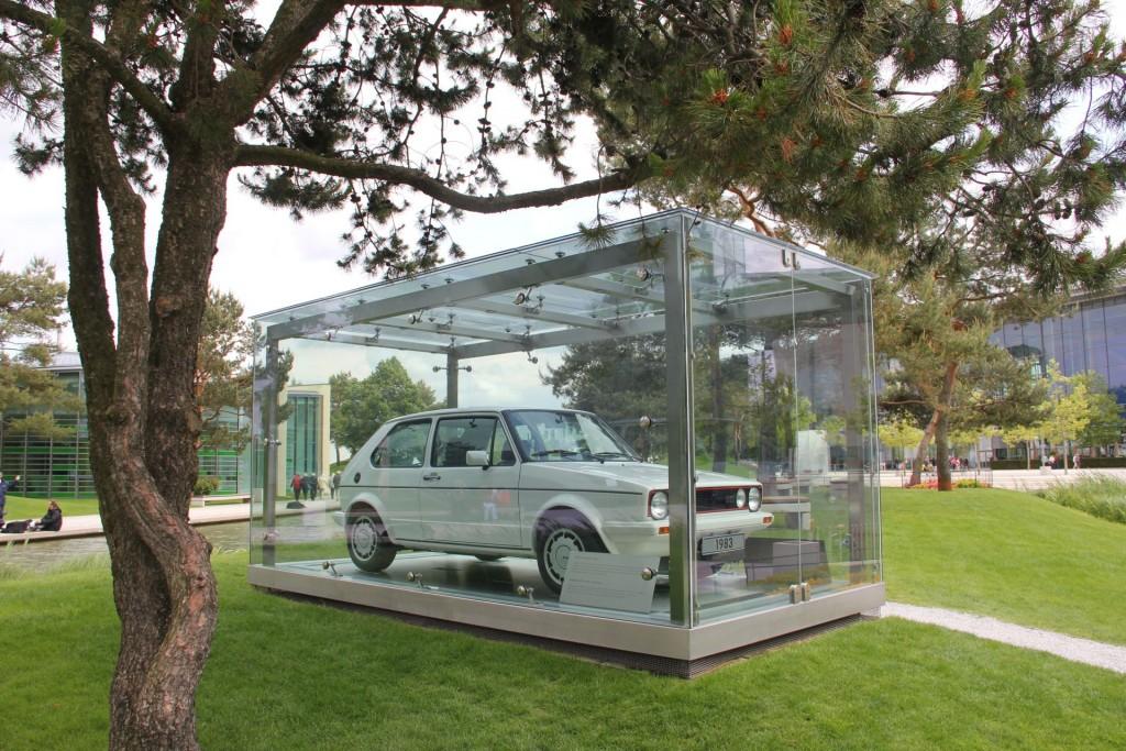 Wenn mir vor dreißig Jahren einer gesagt hätte, dass so ein Golf 1 GTI mal in einem Park in einem Schaukasten stehen würde...