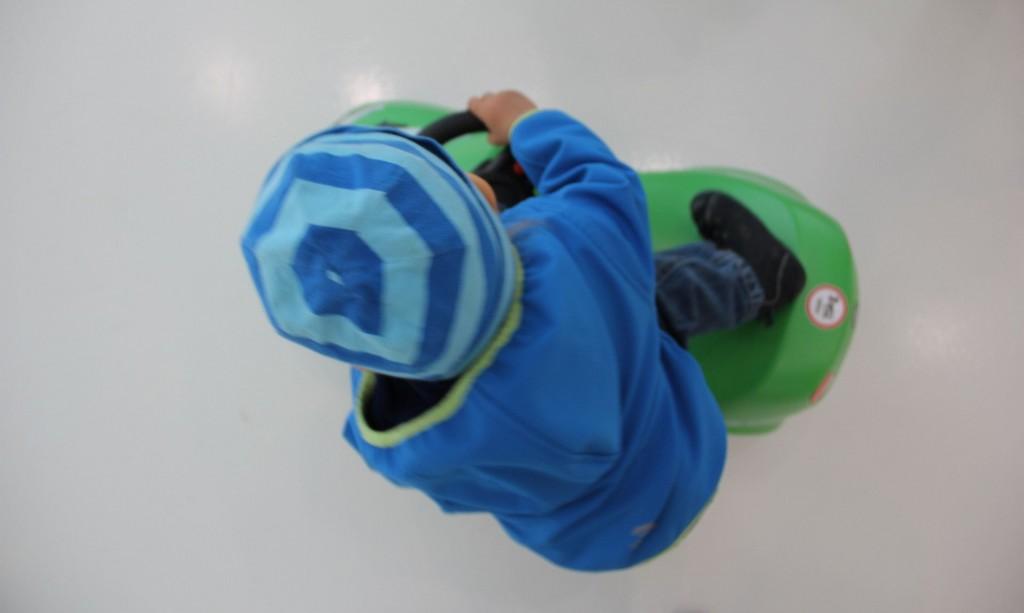 Kind und Bobbycar. Hier im Skoda-Pavillon. Bitte bringen Sie ausschließlich farblich passende Kinder mit!