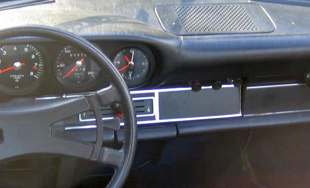Der berühmte Riss im Armaturenbrett der Porsche Urelfer: Hier am Beispiel des TDM-Porsche 911 S 2.4 Targa. Er befindet sich unterhalb der Lautsprecherabdeckung links und ist in Wirklichkeit deutlicher zu sehen.