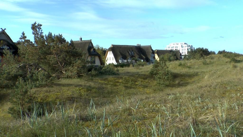 Hotel Dünenmeer. Die Reetdachhäuschen im Vordergrund gehören dazu und lassen sich mieten. Von hier sind es 50 Meter zum Strand. Kein Maserati mehr erforderlich.
