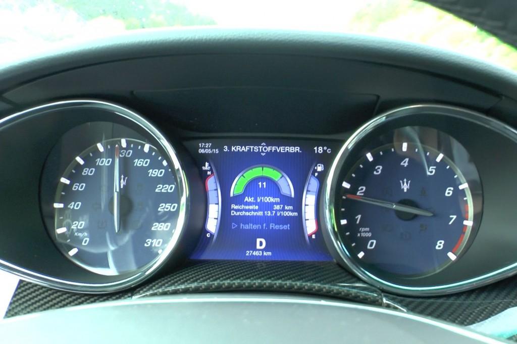 Überschaubare Uhresammlung im Maserati Quattroporte: Tacho bis 310 (wow). Der Drehzahlmesser hat nahezu dieselben Angaben wie der eines Urelfers. Ab 6500 RPM wird es teuer.
