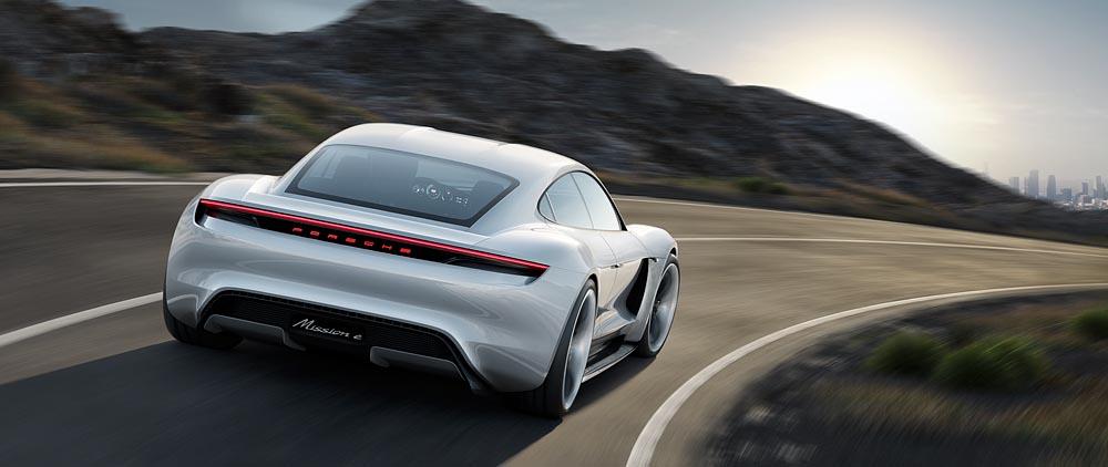 Porsche Mission E. Auf der Fahrt durch Deutschland dürften viele Fahrer benzingetriebener KFZ den E aus dieser Perspektive sehen. 600 PS sind eine Ansage.