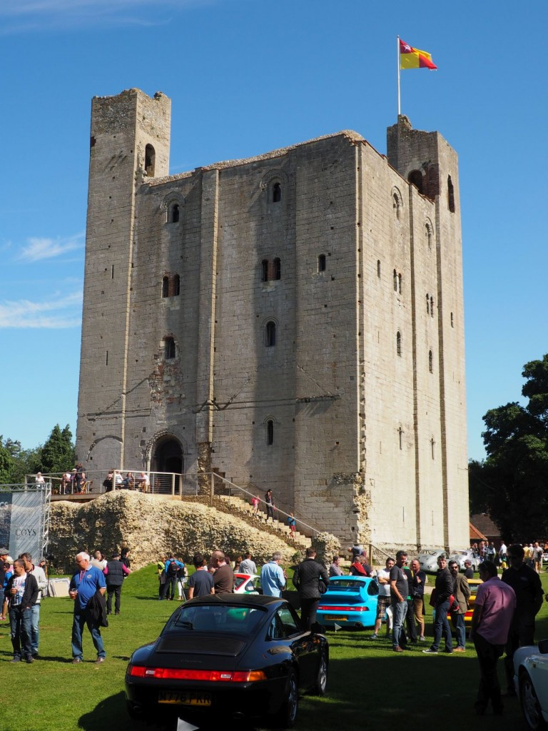 Der grimmige Castle Keep sieht bei Sonne richtig freundlich aus. Besonders, wenn sich drumrun Porsches im Wert von ein paar Millionen Pfund sonnen.