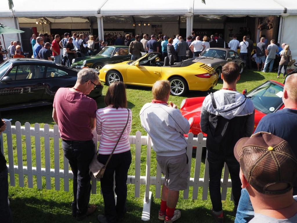 Gedränge rund um das Coys-Zelt. Hier sollten mehr als 50 Porsche-Klassiker verkauft werden.