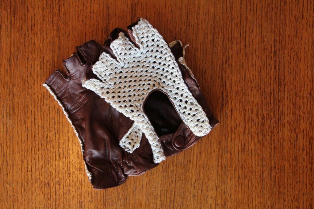 Die Handschuhe der Frau. Wahrscheinlich ein Ex-Reh und aus sehr dünnem aber strapazierfähigen Leder.