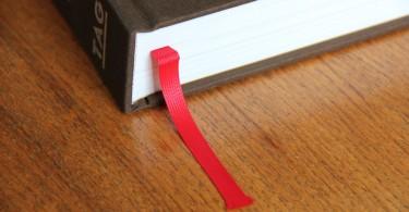 """Nicht ohne Lesebändchen. Anders als bei vielen anderen dicken Porschebüchern gibt es in """"Carrera RS"""" auch wirklich was zu lesen."""