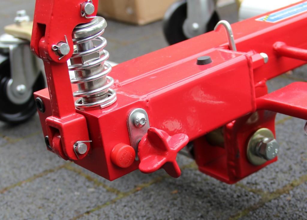 Flügelschraube des Rangierrollers. Erst wenn die festgeschraubt ist, wirkt das Pedal auf die Hydraulik.