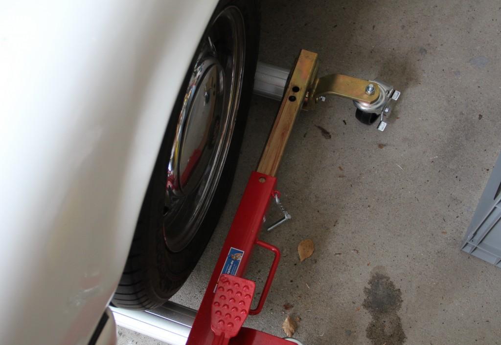 Erst wenn der Rangierroller gerade mit dem Reifen fluchtet, sollte man den Hebevorgang starten.