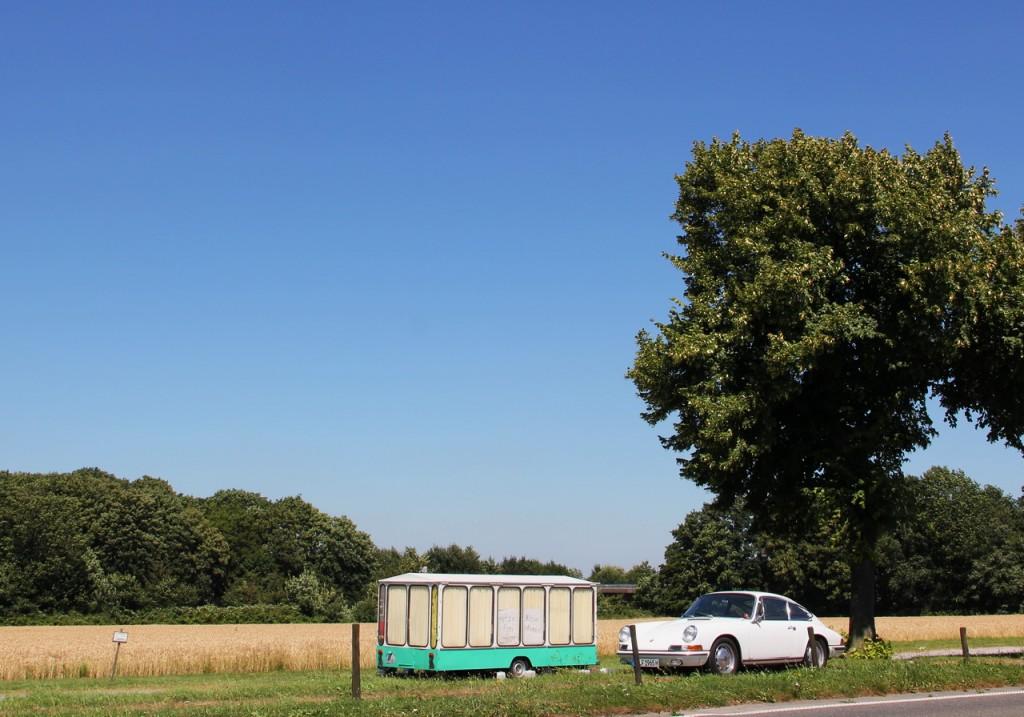 """""""Klimaanlagentest"""" des 65ers. Hier vor einem geschlossenen Erdbeer-Spargelstand im Essener Süden. Auf dem Hinweisschild steht """"Hitzefrei""""."""