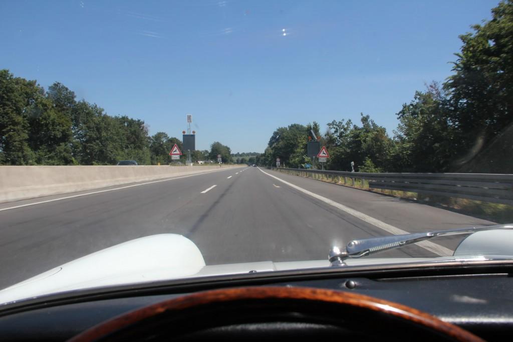 Auf der Autobahn wird der 65er trotz vollem Durchzug wärmer als beim Cruisen auf der Landstraße. Das nennt man Physik.