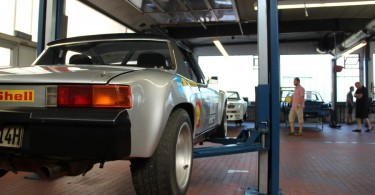 Porsche 914 auf der Hebebühne.