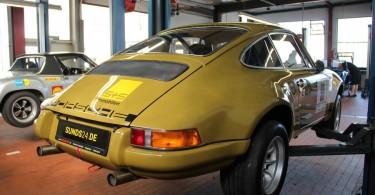 Porsche 911 auf der Hebebühne.