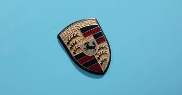 Das Porschewappen passt zu jeder Farbe.