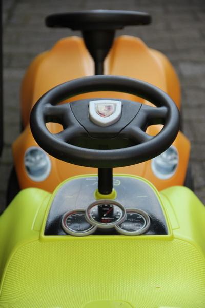 Porsche Bobbycars in passenden Farben. Hauptsache, die Kleinen gewöhnen sich schnell daran, welches Wappen auf dem Lenkrad zu pappen hat.