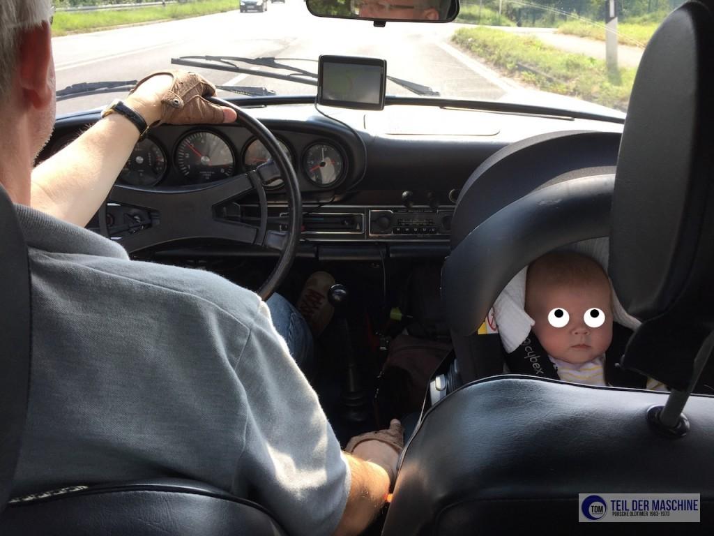 Ferdi (mit Anonymisierungsaugen rechts) auf dem Beifahrersitz in der Babyschale.