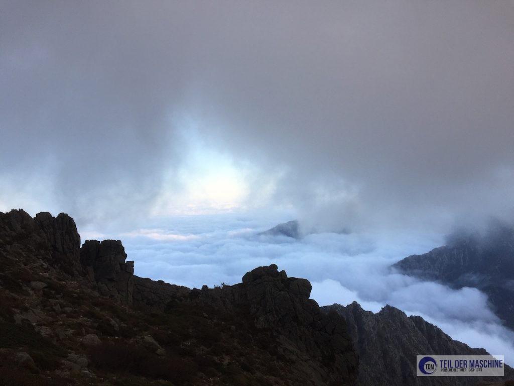 Wandern auf dem GR 20 im Oktober - Blick auf die Küste von Korsika.